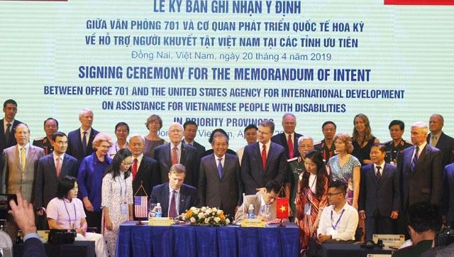Nine U.S. Senators Visit Bien Hoa
